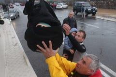 Áreas residenciales inundadas en Marina di Carrara y rescate Imagen de archivo libre de regalías