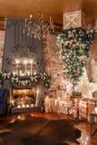 Árvore alternativa de cabeça para baixo no teto Decoração home do inverno Interior moderno do sótão com chaminé e parede de tijol imagens de stock royalty free