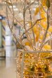 Árvore artificial abstrata dos tubos do metal, das festões e de bolas amarelas Imagens de Stock