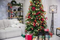Árvore belamente decorada do ano novo em um interior brilhante foto de stock royalty free