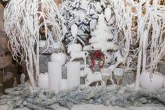 Árvore branca do Natal, decorações tradicionais, combinação branco-vermelha Fotos de Stock