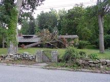 Árvore caída na casa fotografia de stock