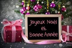 A árvore com presentes, flocos de neve, Bokeh, Bonne Annee significa o ano novo Fotografia de Stock Royalty Free