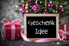 A árvore com presentes, flocos de neve, Bokeh, Geschenk Idee significa a ideia do presente Foto de Stock Royalty Free