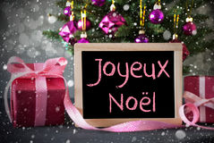 Árvore com presentes, flocos de neve, Bokeh, Joyeux Noel Means Merry Christmas fotografia de stock