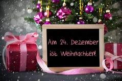 A árvore com presentes, flocos de neve, Bokeh, Weihnachten significa o Natal fotografia de stock