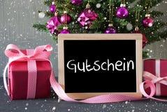 A árvore com presentes, flocos de neve, Gutschein significa o comprovante Fotos de Stock Royalty Free