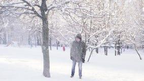 Árvore da corrida e do pontapé do homem A neve cai do ramo Movimento lento video estoque