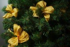 Árvore da decoração do Natal com a fita dourada do laço imagens de stock