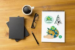 Árvore da ecologia do globo da terra do dia de ambiente de mundo e folha verde w Fotos de Stock