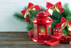 Árvore da lanterna e de Natal sobre a neve no fundo de madeira Imagens de Stock Royalty Free