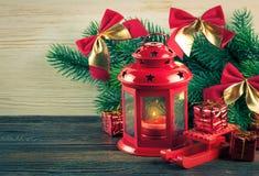 Árvore da lanterna e de Natal sobre a neve no fundo de madeira Fotos de Stock Royalty Free