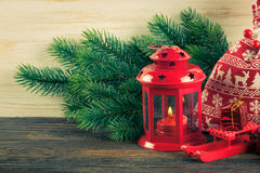 Árvore da lanterna e de Natal sobre a neve no fundo de madeira Imagem de Stock Royalty Free