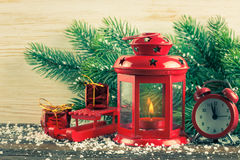 Árvore da lanterna e de Natal sobre a neve no fundo de madeira Foto de Stock Royalty Free