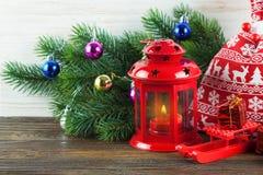 Árvore da lanterna e de Natal sobre a neve no fundo de madeira Imagem de Stock