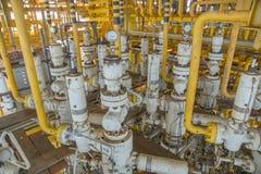 árvore da X-massa e linha de fluxo para o processo de produção do petróleo e gás fotos de stock