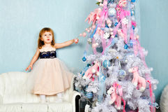 Árvore da menina e de Natal Fotografia de Stock Royalty Free