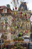 Árvore da Páscoa na praça da cidade velha em Praga Mercado da Páscoa, república checa imagens de stock