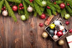 A árvore de abeto decorou bolas e caixa com as decorações em de madeira escuro Fotos de Stock Royalty Free