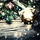 Árvore de abeto do Feliz Natal com a decoração no cl escuro da placa de madeira Imagens de Stock