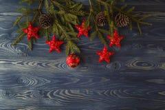 Árvore de abeto do Natal com as quinquilharias na placa de madeira rústica com cópia imagens de stock
