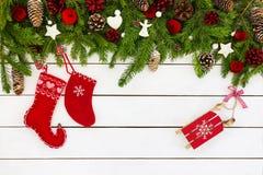 Árvore de abeto do Natal com decoração e as peúgas vermelhas do Natal Copie o espaço, vista superior Imagem de Stock Royalty Free