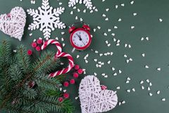 Árvore de abeto do Natal com decoração e figura de madeira dos flocos de neve, dos bastões de doces e do pulso de disparo vermelh Imagem de Stock Royalty Free