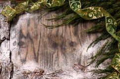 Árvore de abeto do Natal com decoração e neve Imagens de Stock