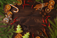 Árvore de abeto do Natal com a decoração na placa de madeira escura no vinta imagens de stock royalty free