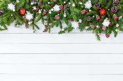 Árvore de abeto do Natal com a decoração no fundo branco da placa de madeira Copie o espaço Foto de Stock