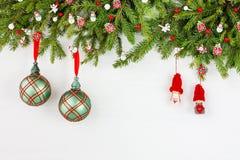 Árvore de abeto do Natal com a decoração no fundo branco da placa de madeira Vista superior, espaço da cópia Imagens de Stock