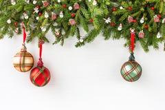 Árvore de abeto do Natal com a decoração no fundo branco da placa de madeira Vista superior, espaço da cópia Foto de Stock