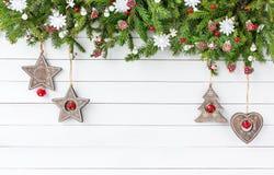 Árvore de abeto do Natal com a decoração no fundo branco da placa de madeira Vista superior, espaço da cópia Foto de Stock Royalty Free