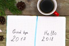 Árvore de abeto do Natal da xícara de café com cones e caderno com l Imagem de Stock