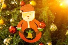 Árvore de abeto do Natal e close up decorados de Santa com alargamentos Imagens de Stock Royalty Free