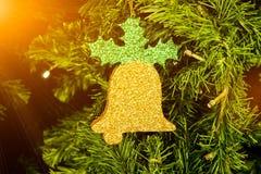 Árvore de abeto do Natal e close up decorados do sino da espuma com alargamentos Imagem de Stock