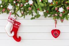 Árvore de abeto do Natal, peúgas do Natal no fundo branco da placa de madeira Vista superior, espaço da cópia Foto de Stock Royalty Free