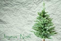 Árvore de abeto, fundo de papel amarrotado, Joyeux Noel Means Merry Christmas imagens de stock