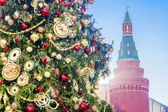 Árvore de abeto perto das paredes do Kremlin, Moscou do Natal imagens de stock