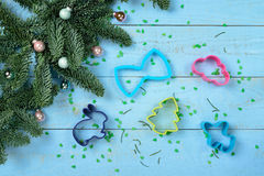 Árvore de Bakeware e de Natal em um azul de madeira Fotos de Stock