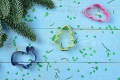 Árvore de Bakeware e de Natal na madeira Imagem de Stock