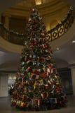 Árvore de Christas com as bandeiras de países da variedade, desejando o mundo unido e a paz foto de stock