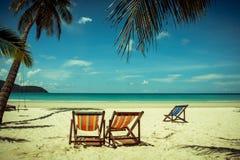 Árvore de coco e cama de madeira da praia na areia branca com o mar azul bonito fotografia de stock royalty free