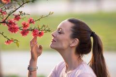 Árvore de florescência de cheiro da menina foto de stock