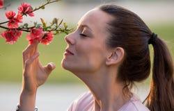 Árvore de florescência de cheiro da menina imagens de stock royalty free