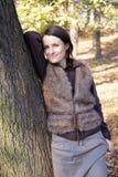 Árvore de inclinação da mulher do outono Imagem de Stock