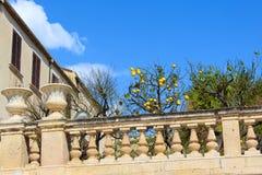 Árvore de limão com os limões maduros no balcão histórico junto a Santa Lucia Church no quadrado de Piazza Duomo na ilha de Ortig fotos de stock
