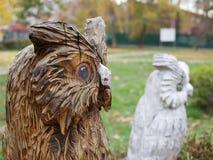 Árvore de madeira de sculpture Coruja fotografia de stock royalty free