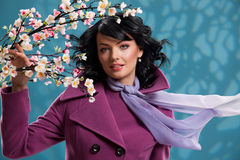 Árvore de mulher nova e de Apple Fotos de Stock