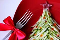 A árvore de Natal é feita do pepino cortado e decorada com caviar vermelho O projeto de ano novo dos pratos Alimento do ` s do an imagens de stock